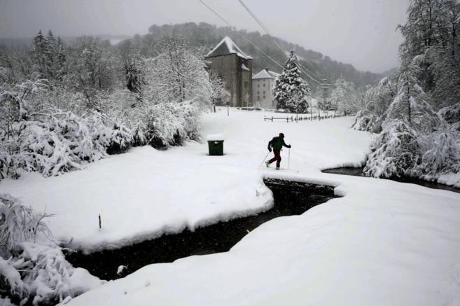 Una persona practica esquí de travesía en Roncesvalles (Navarra).