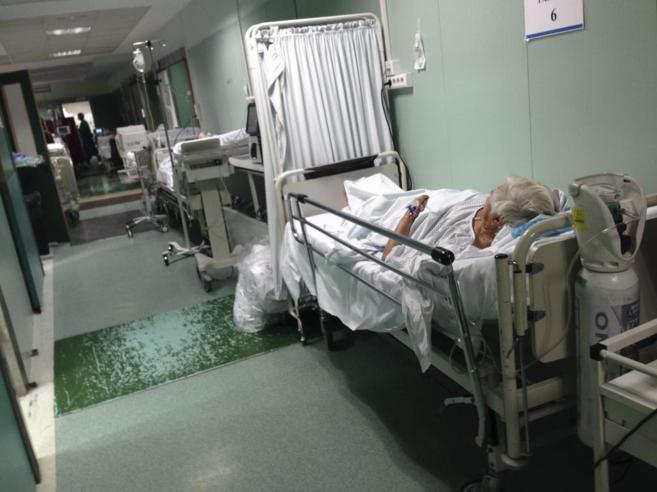 Pacientes en camas de los pasillos del Hospital del Doce de Octubre.