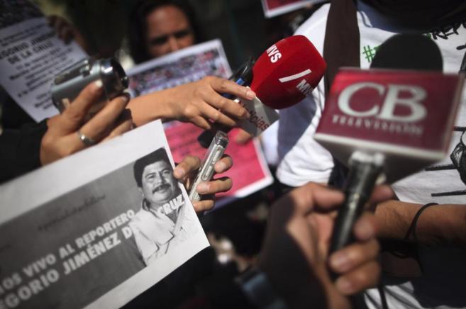 Varios manifestantes pidiendo la liberación del periodista la semana...