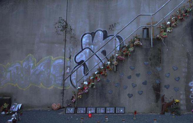 Flores, velas y placas conmemorativas donde se produjo la avalancha...