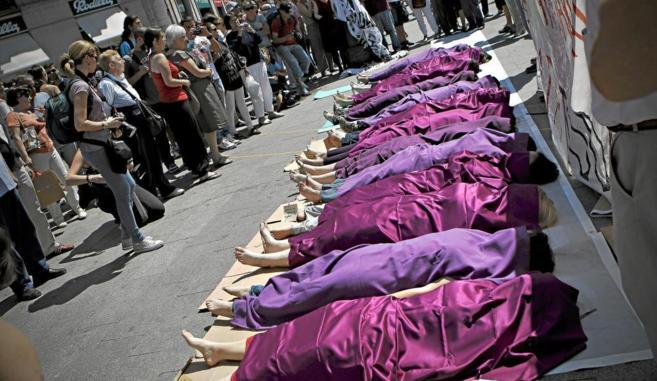 Mujeres tapadas con sabanas para protestar contra la violencia...