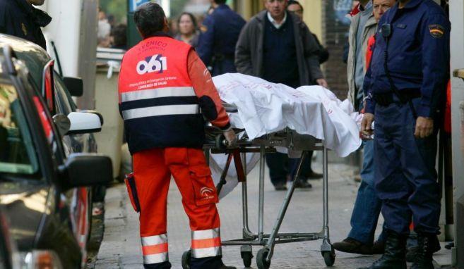 Los servicios de emergencias sacan en una camilla a un joven que ha...