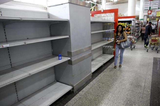 Una mujer camina por un pasillo de un supermercado en Caracas.