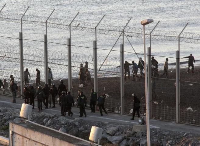 La Guardia Civil, en la perímetro fronterizo de la playa del Tarajal...