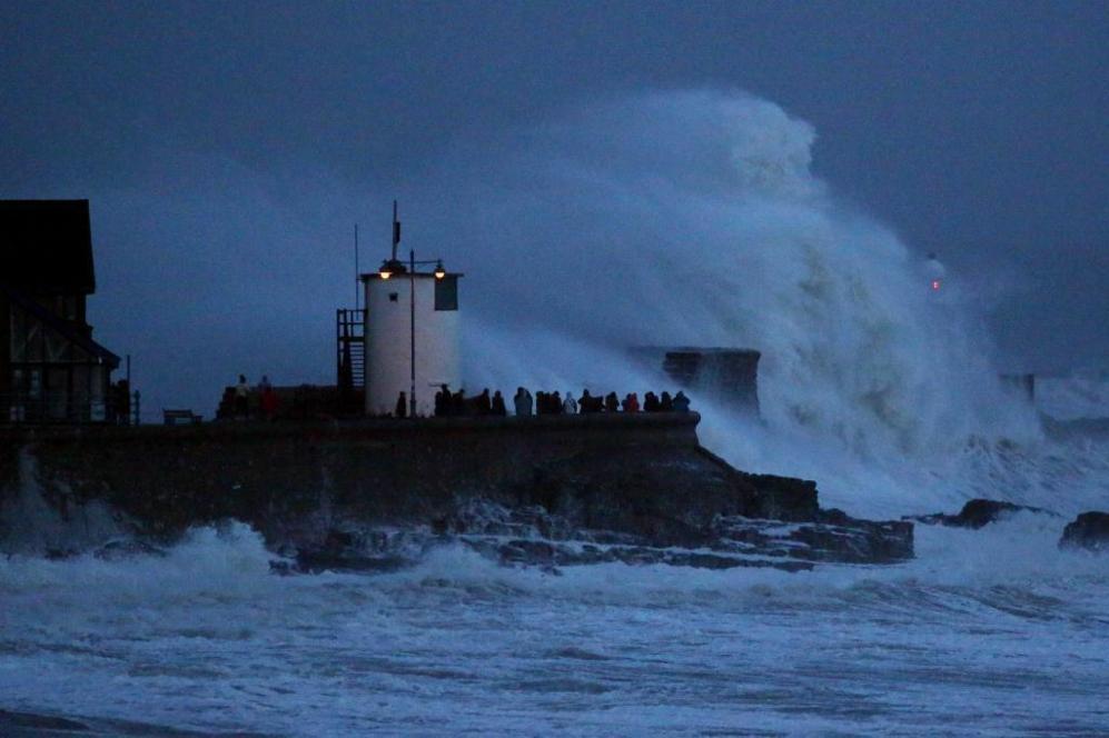 Una ola gigante rompe en el faro de Porthcawl, al sur de Gales (Reino...