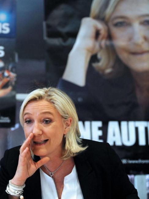 La presidenta del Frente Nacional gesticula en una rueda de prensa en...
