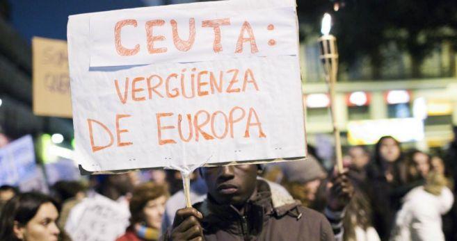 Un joven con una pancarta durante la protesta en Madrid.