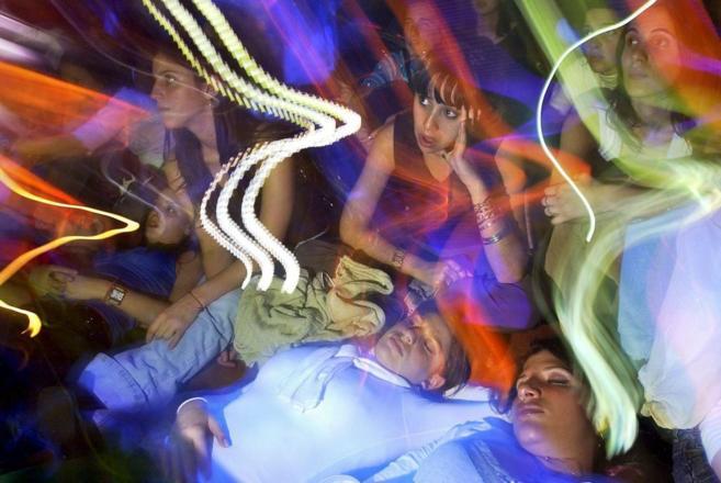 Unos jóvenes se divierten durante una fiesta.