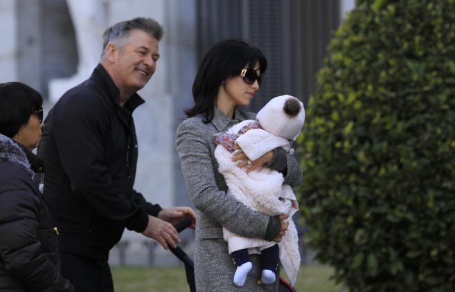 La pareja y su hija, la semana pasada en Madrid, junto al museo del...