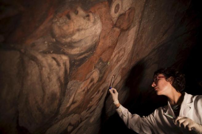 Pilar Bosch durante las tareas de limpieza de la iglesia de los Santos...