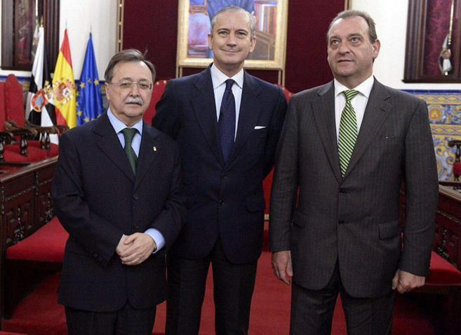 Arsenio Fernández de Mesa (c), con el presidente de Ceuta, Juan...