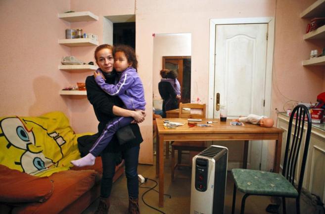 Naiara y su hija, en el piso del barrio de Hortaleza que Bankia quiere...