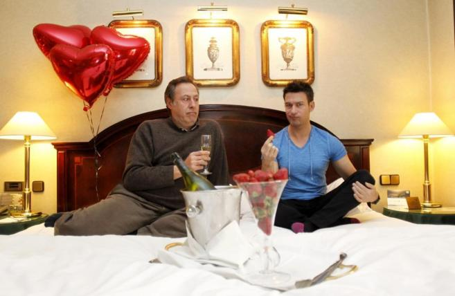 Sinacio y Eduardo Aldán brindan por el día de San Valentín.