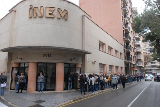 Desempleados haciendo cola en el INEM de Palma.