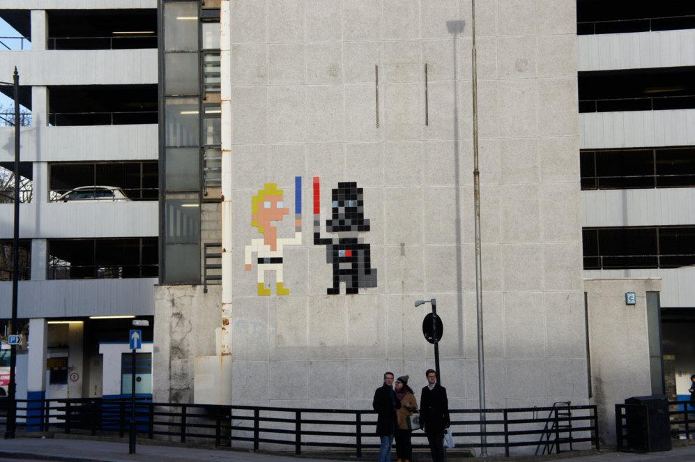 Duelo de espadas láser en la fachada de un aparcamiento. Mosaico de...