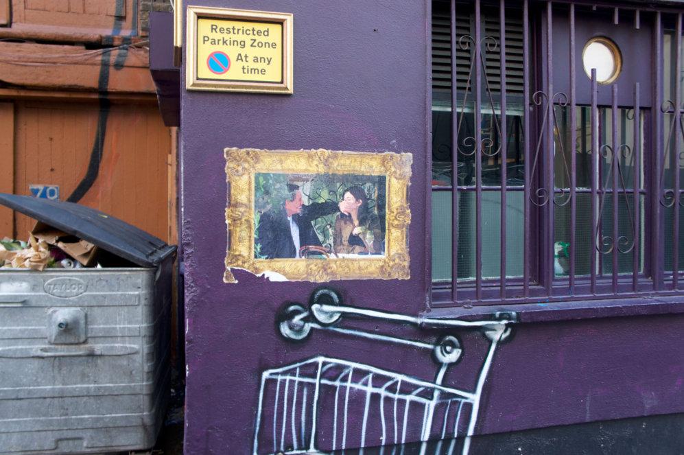 La famosa foto del magnate del arte Charles Saatchi tapando la boca a...