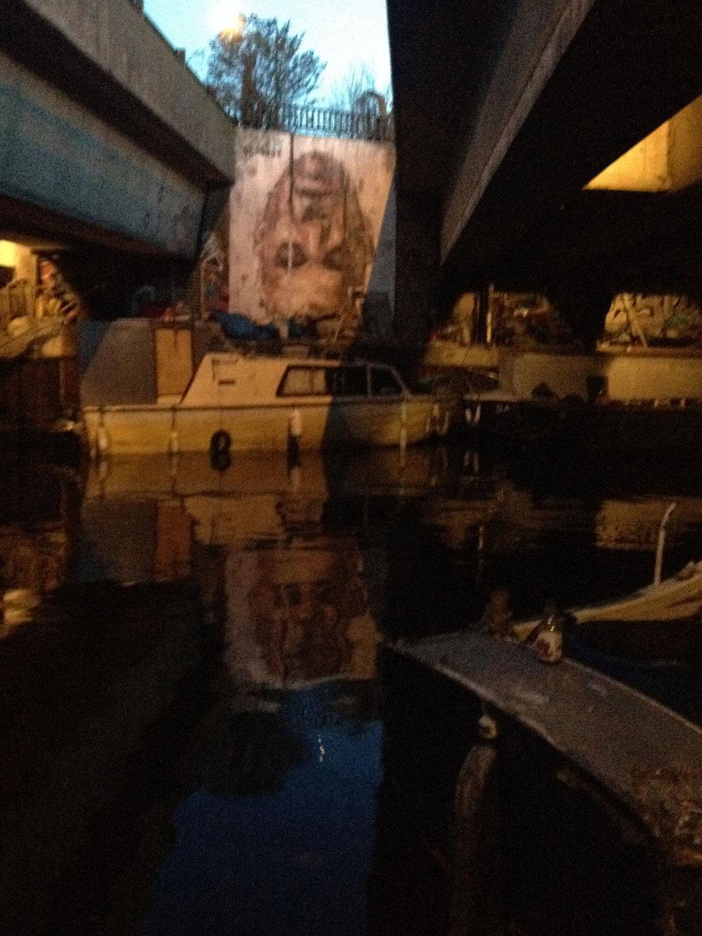 Muy cerca de su estudio-pub, debajo de un puente, una de sus últimas...