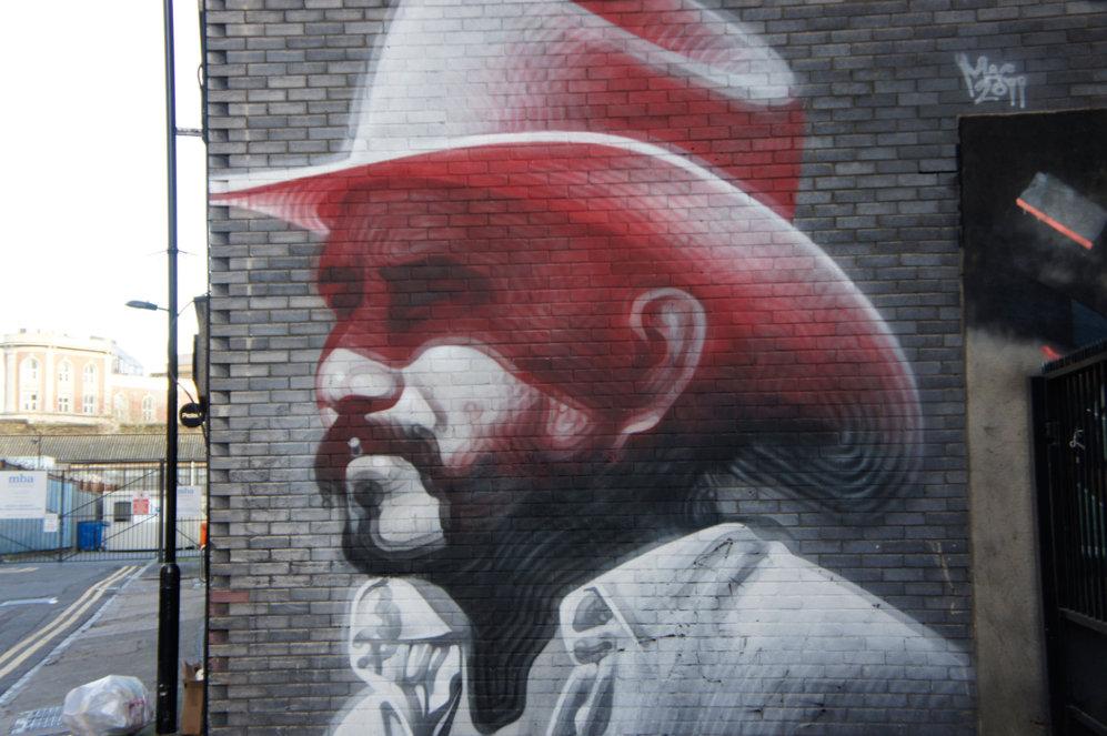 El Mac, artista afincado en Los Ángeles pintó este mural en la calle...