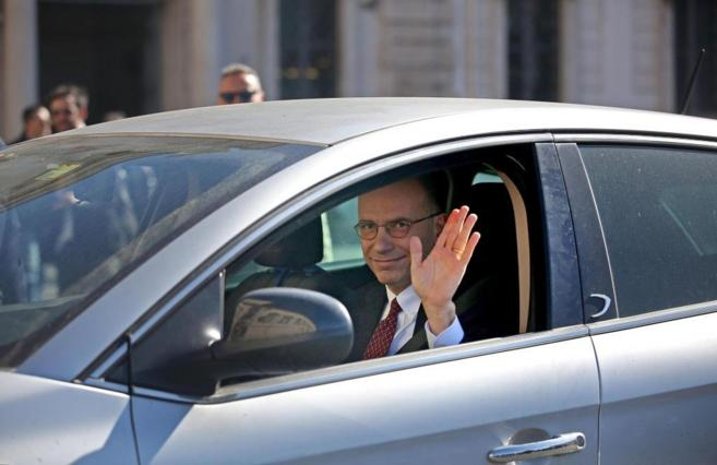 El ya ex primer ministro italiano Enrico Letta saluda a las puertas...
