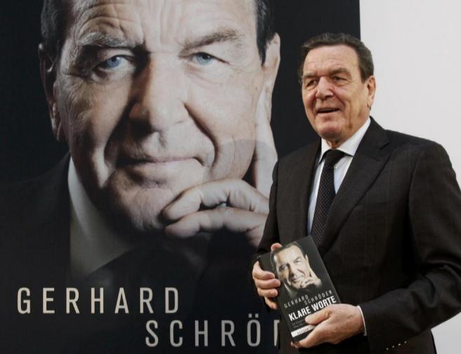 El ex canciller socialdemócrata alemán Gerhard Schröder, con su...