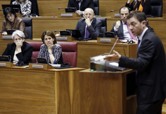 Barcina y Goicoechea escuchan a Roberto Jiménez en el Parlamento...