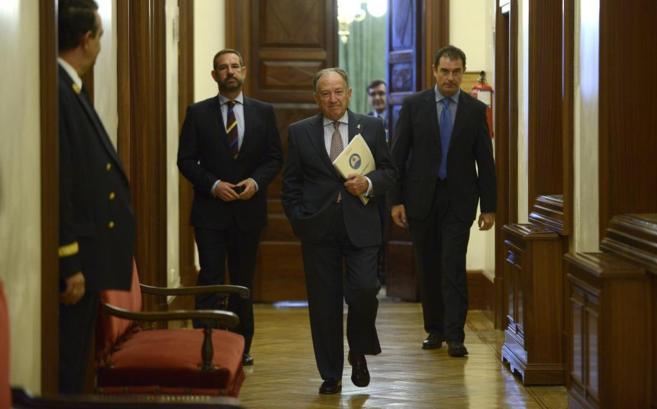 Plano General de Félix Sanz Roldán y dos otros hombres caminando en...