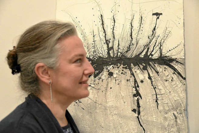 La artista Rossana Zaera junto a una de sus obra en el espacio de Lluc...
