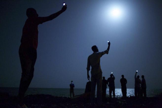 Inmigrantes africanos capturando una red telefónica de bajo coste