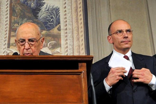 El presidente de Italia, Napolitano junto al entonces primer ministro,...