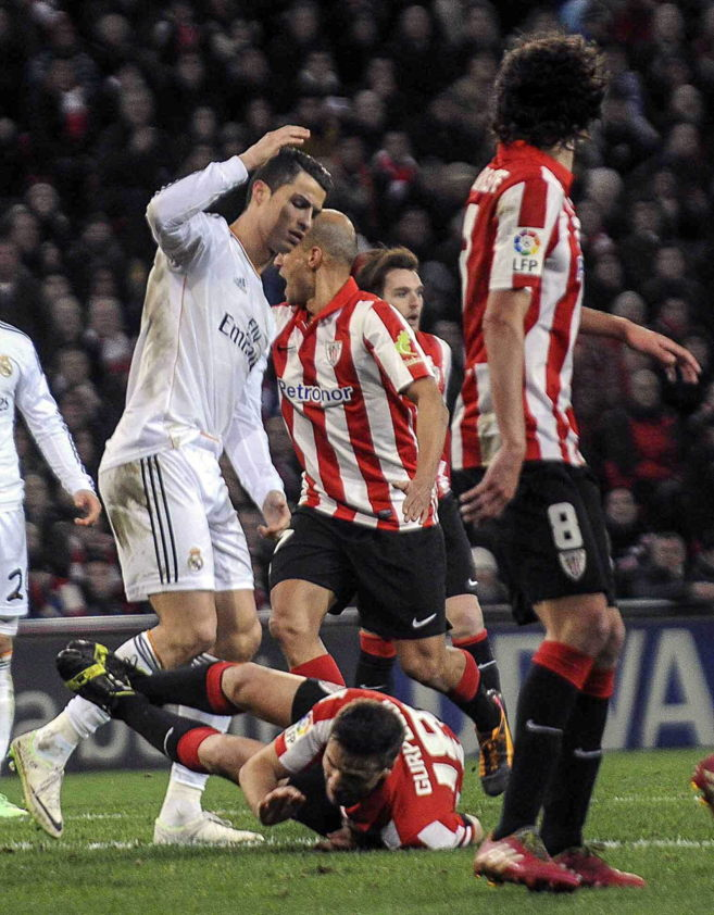 Gurpegi cae al suelo en una jugada con Ronaldo