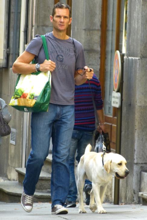 El duque de Palma, Iñaki Urdangarin, pasea con su perro por las...