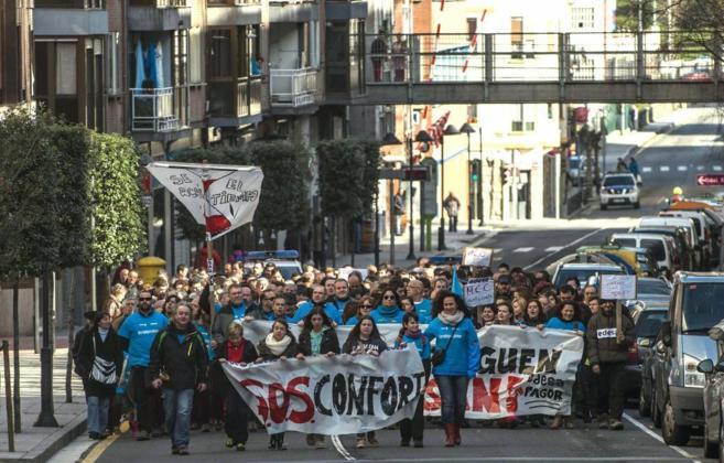Los trabajadores de la planta de Edesa recorren en manifestación...