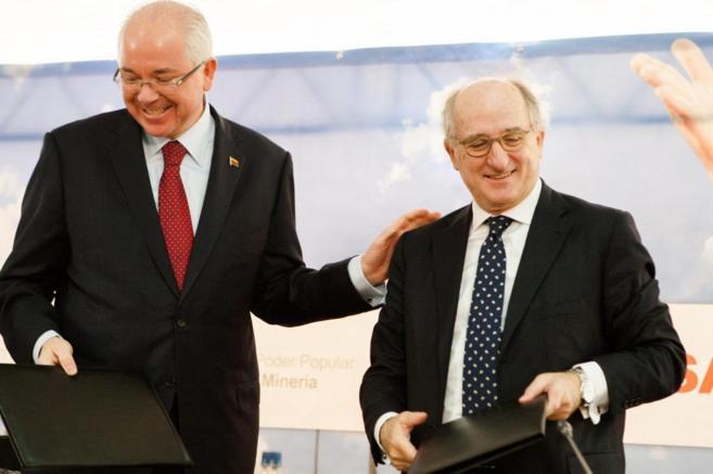 El presidente de PDVSA, Rafael Ramírez, y el presidente de Repsol,...