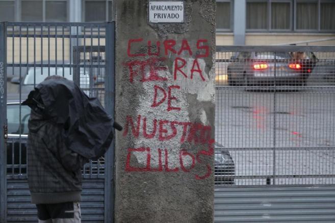 Pintadas a la entrada del colegio Valdeluz de Madrid.