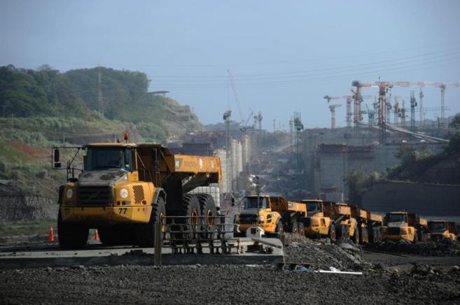 Varios camiones trabajan en las obras de ampliación del Canal de...