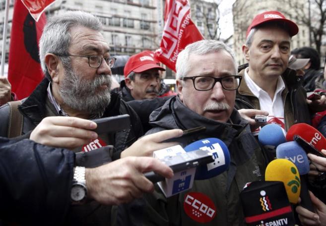 Los secretarios generales de UGT y CCOO, Cándido Méndez (i) e...