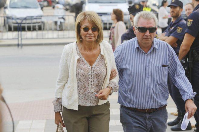 García Marcos, con su marido, llegando a los juzgados.