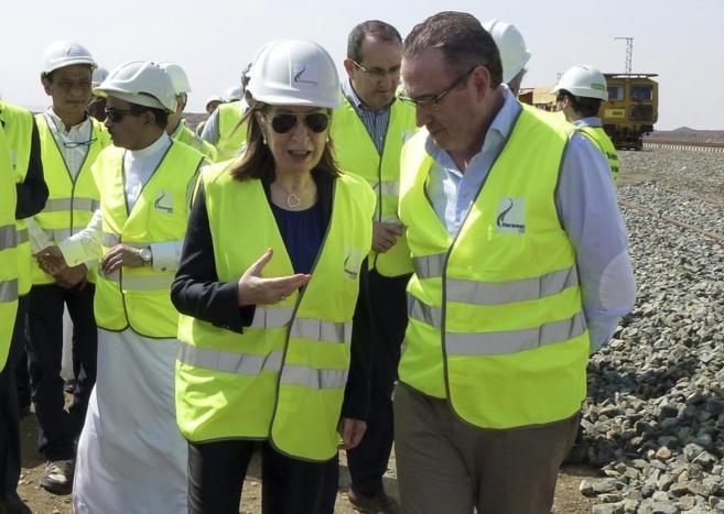 La ministra con representantes del consorcio de construcción.