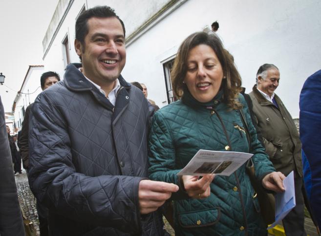 Juan Manuel Moreno Bonilla, sonriente, por las calles del municipio...