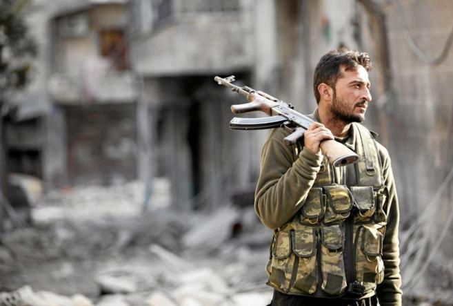 Un miliciano del Ejército Libre de Siria (ELS) en el devastado...