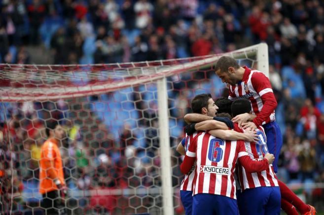Los jugadores del Atlético celebran uno de los goles ante el...