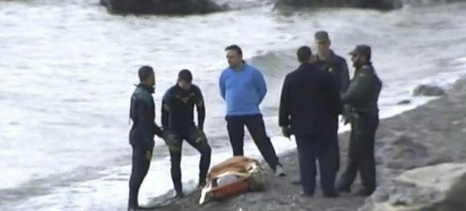 Imagen de TVE de inmigrantes con la Guardia Civil en Ceuta.
