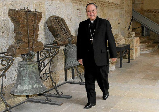 El obispo de Palencia, Esteban Escudero, pasea por un cláustro.