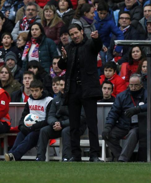 Simeone da instrucciones durante el partido ante el Valladolid.