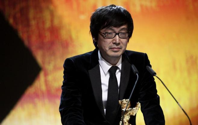 El director Diao Yinan recibe el oso de Oro.