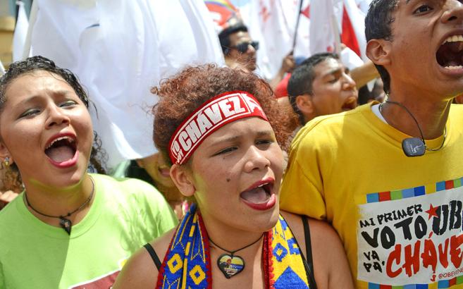 Miles de partidarios del Gobierno venezolano corean eslóganes durante...