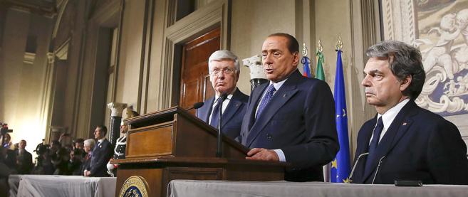 Silvio Berlusconi se dirige a los periodistas tras reunirse con el...
