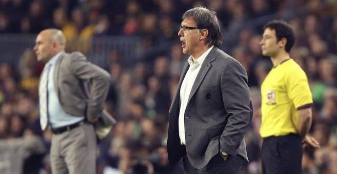 Martino da instrucciones a sus jugadores durante el partido ante el...