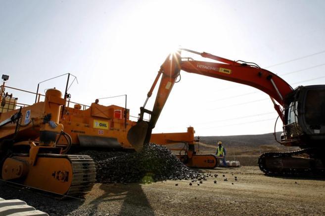 Imagen de maquinaria en la construcción del AVE Medina-La Meca
