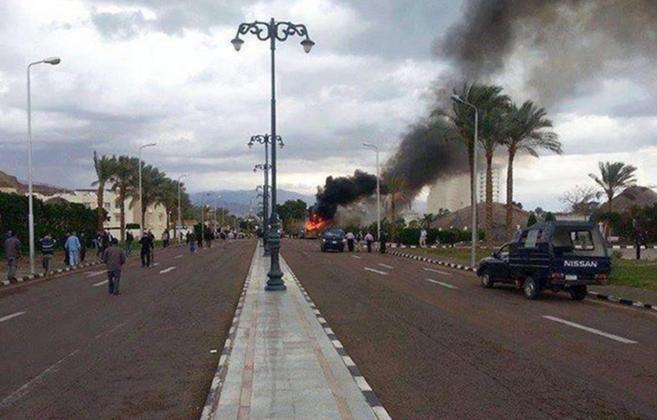 Una columna de humo se eleva sobre el autobús atacado en el Sinaí.